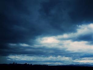 曇に覆われた空の写真素材 [FYI00144321]