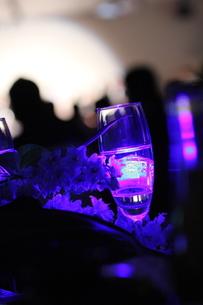 青紫色に輝くシャンパングラスの写真素材 [FYI00144322]