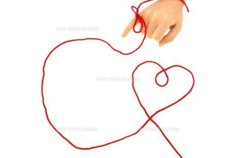 赤い糸と指の写真素材 [FYI00144426]