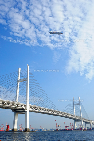 横浜ベイブリッジと飛行船の写真素材 [FYI00144450]