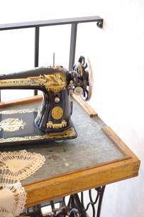 古いミシンとミシンテーブルの写真素材 [FYI00144824]