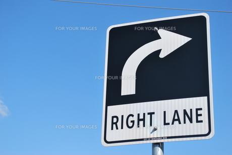 右折の交通標識の写真素材 [FYI00145005]