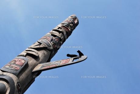 トーテムポールにとまる鳥の写真素材 [FYI00145018]