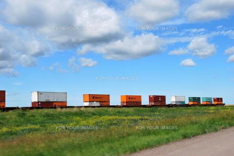 草原を走る貨物列車の写真素材 [FYI00145039]