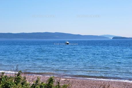 青空の下の浜辺からの写真素材 [FYI00145057]