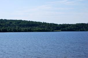 湖の静かな水面の写真素材 [FYI00145071]