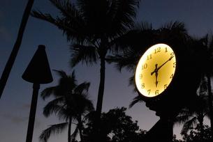 ハワイ・ワイキキビーチの夕闇の時計台の写真素材 [FYI00145156]