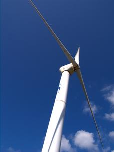 青空と風力発電プロペラの素材 [FYI00145190]