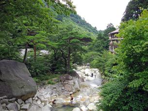湯の山温泉夏景色(大石公園渓流プール周辺)の写真素材 [FYI00145224]