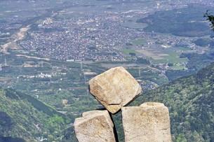 菰野町をバックに地蔵岩を眺むの素材 [FYI00145232]