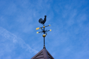 三角屋根の風見鶏の写真素材 [FYI00145258]