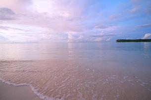 夕暮れ時の穏やかな海岸と透き通る海の素材 [FYI00145429]