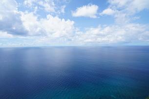 美しい海・青い空・白い雲の素材 [FYI00145439]