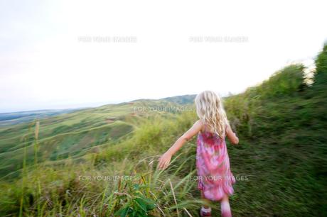 丘の上の少女の写真素材 [FYI00145442]