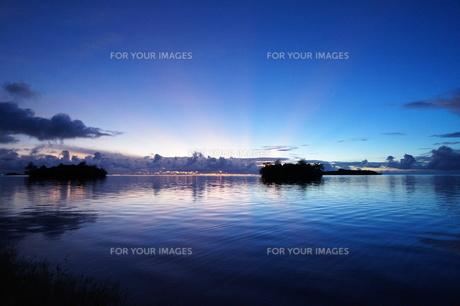 放射線状の美しい夕日と海辺の青い風景の素材 [FYI00145455]