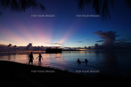 美しい夕日と柔らかな海の写真素材 [FYI00145459]