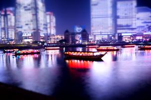 夜景を楽しむ屋形船の素材 [FYI00145483]