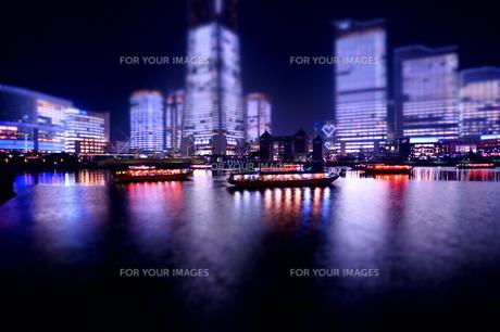 海に浮かぶ屋形船と町の夜景の素材 [FYI00145490]