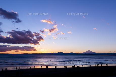 夕暮れの海岸と富士山の素材 [FYI00145536]
