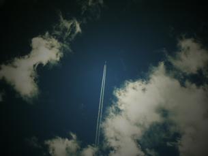 空と飛行機雲の素材 [FYI00145565]