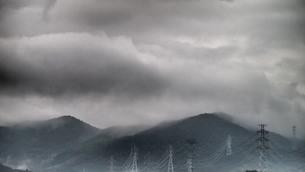 雲が立ち込める山々と鉄塔の写真素材 [FYI00145746]