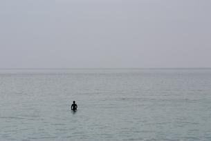 静かな海とサーファーの写真素材 [FYI00146589]