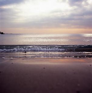 夕方の波打ち際の写真素材 [FYI00146620]