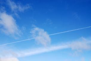 空とひこうき雲の写真素材 [FYI00146689]