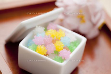 金平糖と桃の花の写真素材 [FYI00146932]