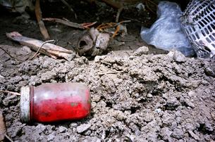 ゴミの中の赤い液体入りの瓶の写真素材 [FYI00146936]