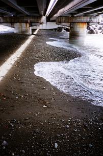 高架下の浜と海に差し込む日差しの写真素材 [FYI00146954]