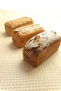 雑穀のパン、縦の写真素材 [FYI00147057]