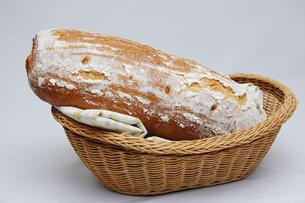かごにはいったドイツパンの写真素材 [FYI00147063]