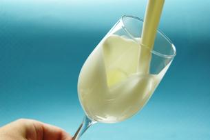 グラスに注ぐミルクの写真素材 [FYI00147065]