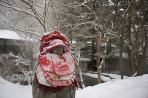 雪の地蔵様の写真素材 [FYI00147144]