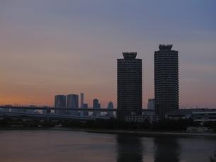 夕暮れの臨海地区の写真素材 [FYI00147296]
