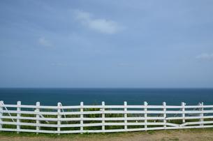 白いフェンスと水平線の写真素材 [FYI00147318]