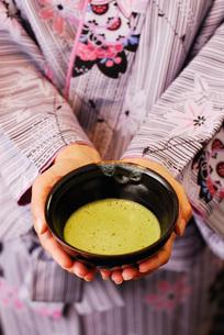 着物を着てお抹茶を手にしているの写真素材 [FYI00147358]