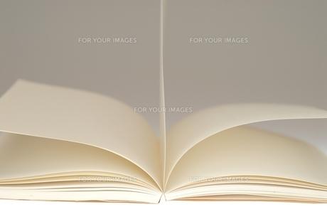白紙の本が風に舞うの写真素材 [FYI00147407]