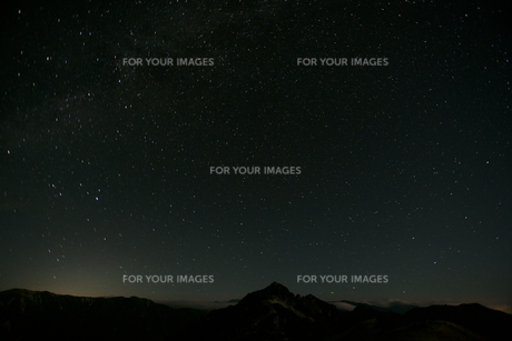 星空と燕岳の写真素材 [FYI00147494]
