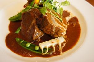 牛スジ肉の煮込みと豆の写真素材 [FYI00147500]