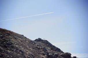 剣ヶ峰と飛行機雲の写真素材 [FYI00147507]