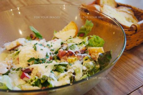 カフェでシーザーサラダとパンの写真素材 [FYI00147513]
