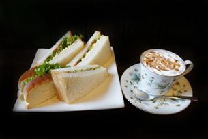 カフェで頼むサンドウィッチとコーヒーのセットの写真素材 [FYI00147516]