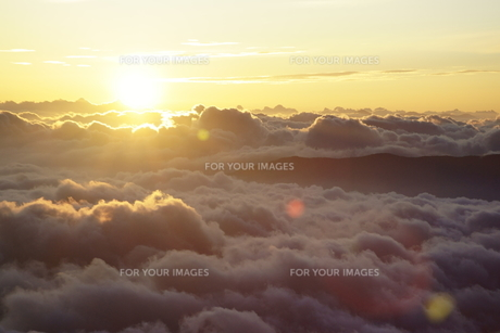雲海の日の出の写真素材 [FYI00147520]
