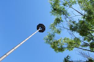 青空と新緑とそびえる塔の写真素材 [FYI00147537]