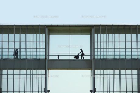 空中回廊を歩くの写真素材 [FYI00147958]