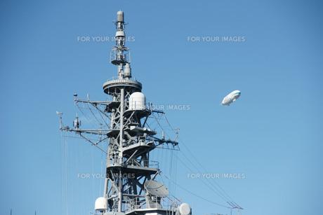 護衛艦のマストと飛行船の写真素材 [FYI00147970]