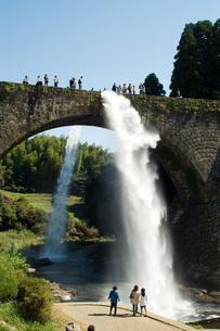 通潤橋の放水の写真素材 [FYI00147999]