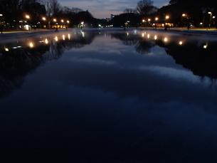 夜の池の写真素材 [FYI00148210]